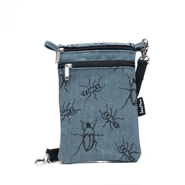 Pieni käsilaukku sopii hyvin kännykkälaukuksi tai passipussiksi. Siinä on säädettävä kantohihna.