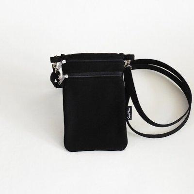 Musta kännuykkälaukku ilman printtiä
