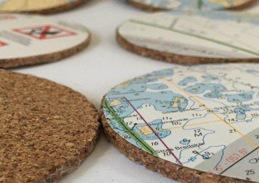 Lasinalunen on korkkia jonka päälle on liimattu kierrätetty merikattakuva karttasarjasta B Helsinki - Parainen